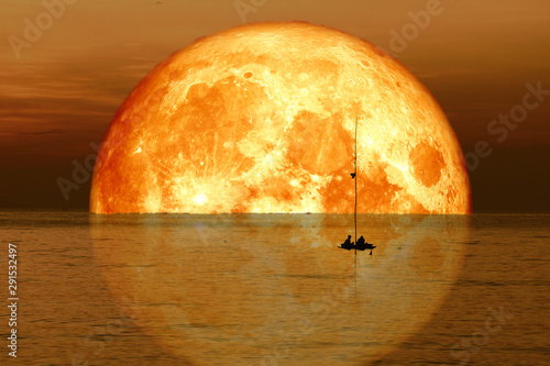Photo reflection full blood harvest moon on sky and silhouette men on fishing boat on