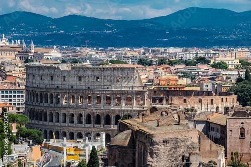 Fotografiet  Coliseu de Roma uma obra de arquitetura e engenharia que encanta até os dias de hoje, visitado por minhalres de pessoas todos os anos