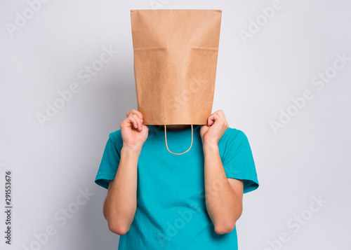 Fotomural Portrait of teen boy with paper bag over head