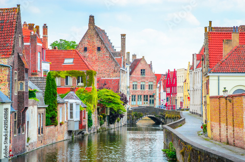 Foto op Aluminium Brugge Beautiful canal and traditional houses in the old town of Bruges (Brugge), Belgium