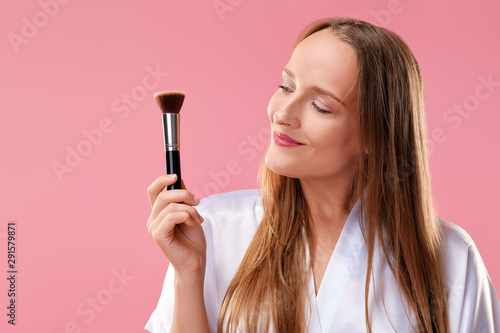 Pinturas sobre lienzo  Happy smiling woman looking at  blush and powder brush