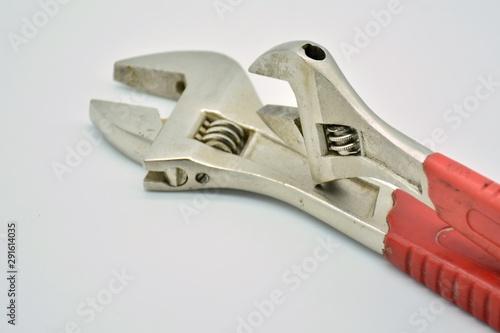 Photo Un par de llaves ajustables puestas de diferentes formas
