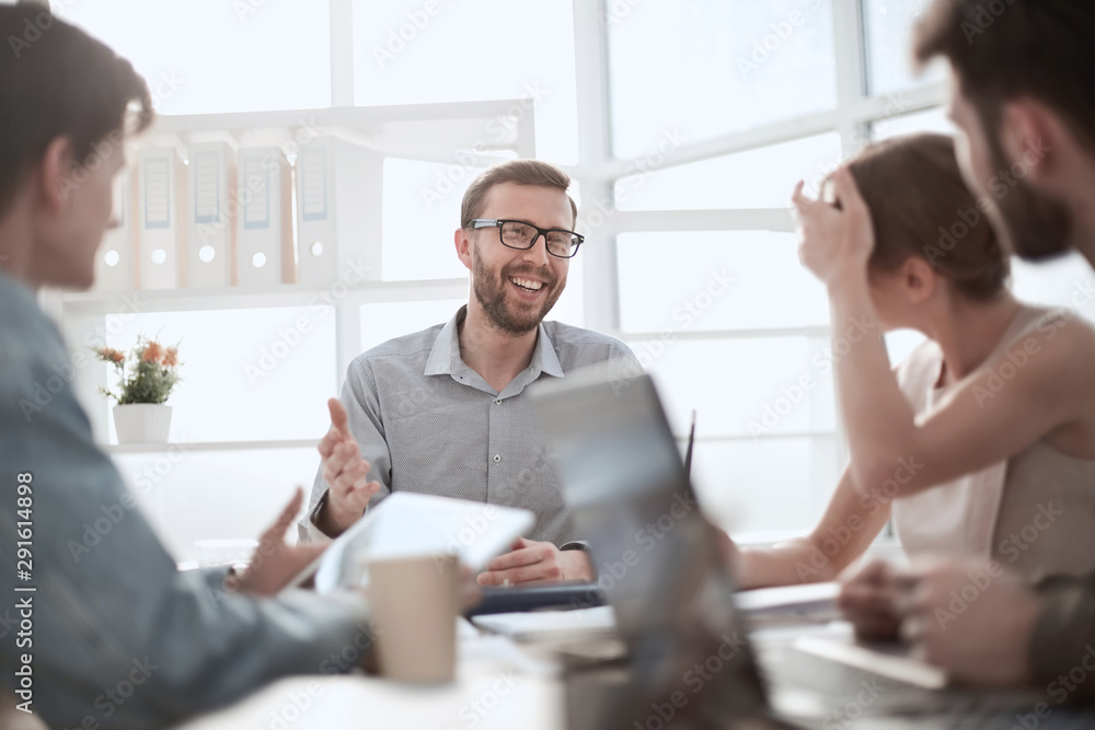 Fototapeta businessman discussing with business team ideas for startup