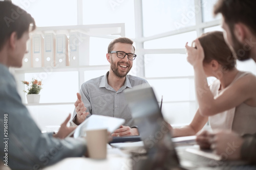 Photo  businessman discussing with business team ideas for startup