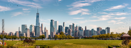 Fotografia New York Skyline showing several prominent buildings and hotels under a blue sky