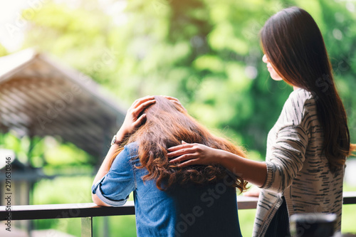 Fotografía  A woman comforting and giving encouragement to her sad friend