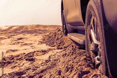 Fotomural Car wheels on a sea beach sand