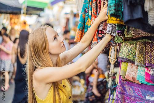 Carta da parati  Woman traveler choose souvenirs in the market at Ubud in Bali, Indonesia