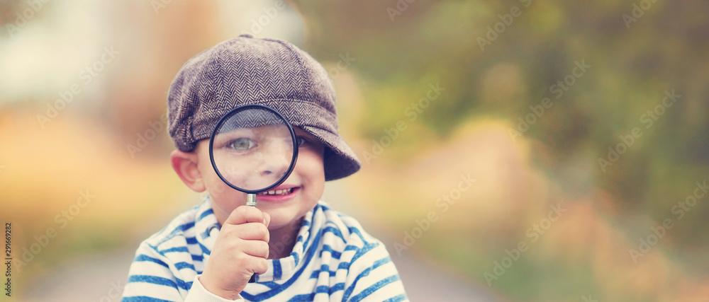 Fototapety, obrazy: kleiner Junge mit Lupe