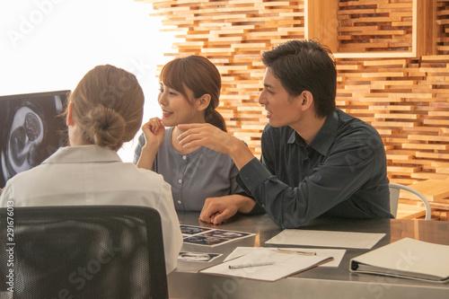 Fotografie, Obraz  産婦人科で診察を受ける夫婦