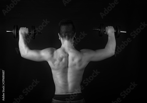 Photo Chico fitness gimnasio training pesas fondo negro