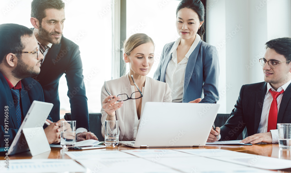 Fototapety, obrazy: Team leader and her people working on a business project