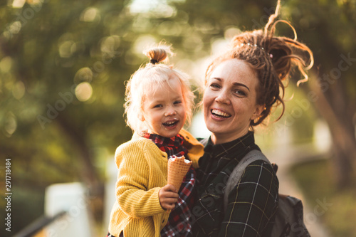 hipster mom and child with ice cream outside Fototapet