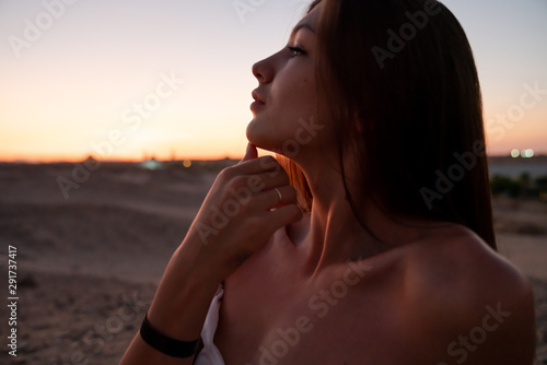Photo  Close up portrait of beautiful young girl with brunette hair and naked shoulders
