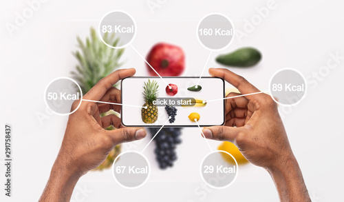 Foto Woman holding cellphone with application which counting calories