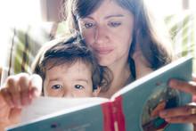 Maman Lit Un Livre Pour Son Fils