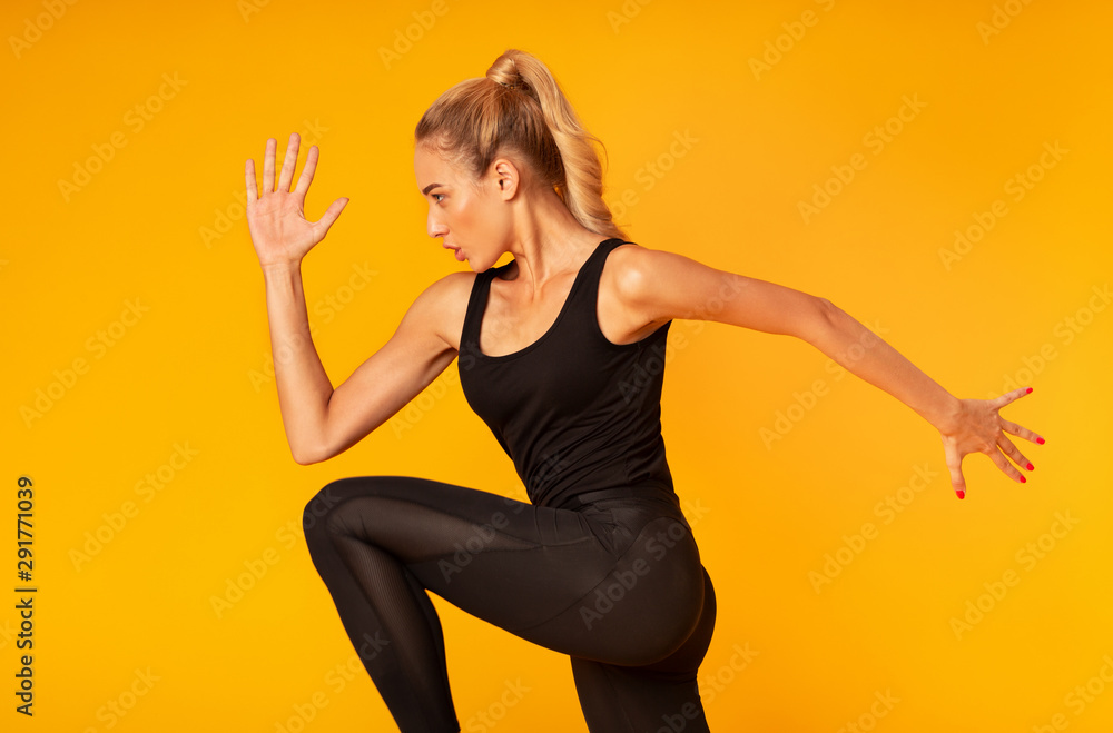 Fotografía Fitness Girl Jumping Working Out Over Yellow Background