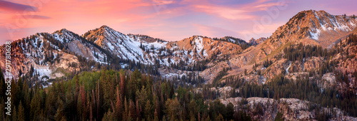 Photo Sunrise panorama in the Wasatch Mountains, Utah, USA.