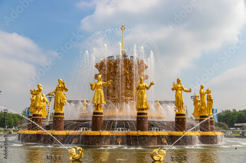 Naklejki historyczne fountain-friendship-of-nations-of-the-ussr-or-friendship-of-peoples-of-the-ussr-on-summer-day-exhibition-of-achievements-of-national-economy-vdnkh-in-moscow-russia