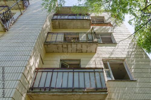 Photo Stands Stairs Verlassenes Wohnhaus in der radioaktiven Tschernobyl-Sperrzone in Belarus (Weißrussland)