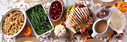 In de dag Kruidenierswinkel Thanksgiving dinner table, overhead shot, long banner