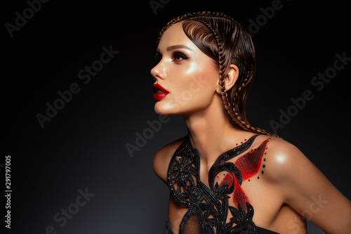 Fotomural  Beautiful young model with red lips and body art.