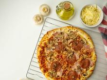 Pizza Zrobiona W Domu, Salami, Ser, Pieczarki. Widok Z Góry.