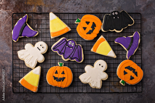 Photo  Halloween sugar cookies with icing on a cooling rack