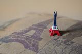 Fototapeta Fototapety z wieżą Eiffla - Eiffel tower keychain in cushion