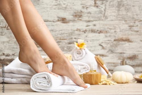 Fotografia  Young woman after spa pedicure treatment in beauty salon