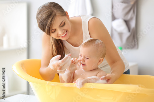Fotografia Mother bathing her cute little baby at home