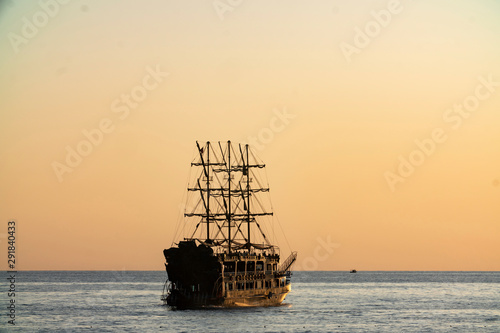 Foto auf AluDibond Schiff old pirate ship sailing at sea sunset