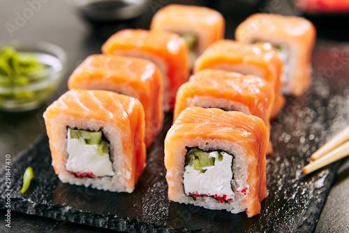 Fotografía  Philadelphia Sushi Rolls Set with Salmon and Cream Cheese