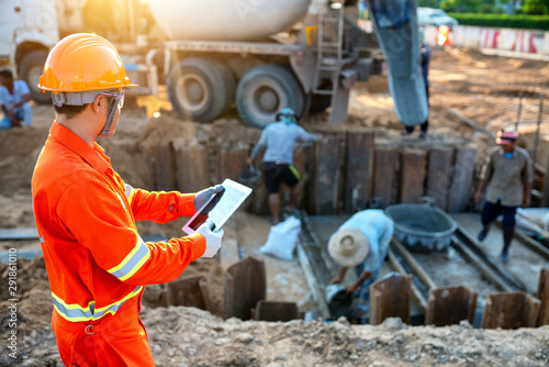 Cuadros en Lienzo Engineers inspect the pouring of concrete with tablet And working together with