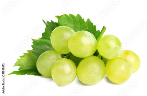 Fotografia Fresh ripe juicy grapes isolated on white