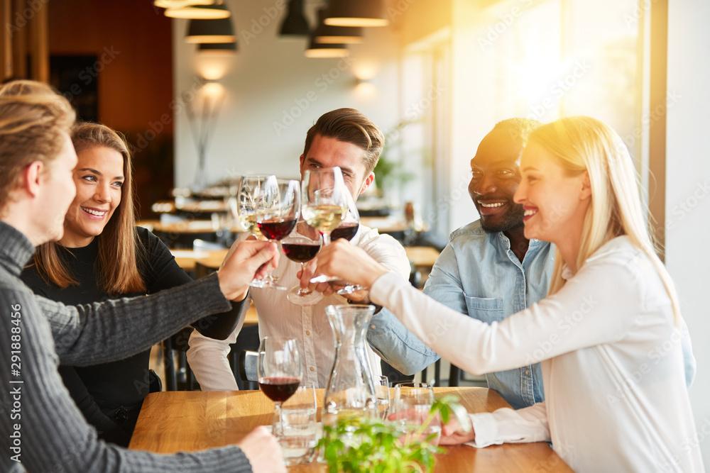 Fototapety, obrazy: Freunde stoßen mit Wein an bei Geburtstag