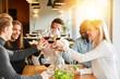 canvas print picture - Freunde stoßen mit Wein an bei Geburtstag