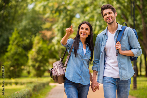 Photo Photo of charming pair walking green sunny day observing sightseeing wear denim