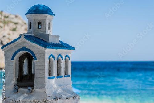 Naklejki na drzwi Grecki kościół Ordodox na tle morza