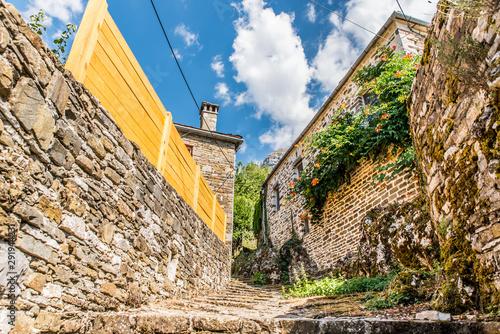Staande foto Oude gebouw Traditional alley in Mikro Papingo village in Ioannina during summer, Greece