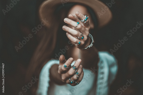 Fotografía Boho chic woman in a straw hat in a white short blouse and with silver turquoise jewelry