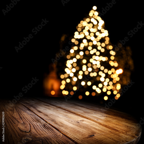 Foto  Dark wooden old table and chrismtas tree