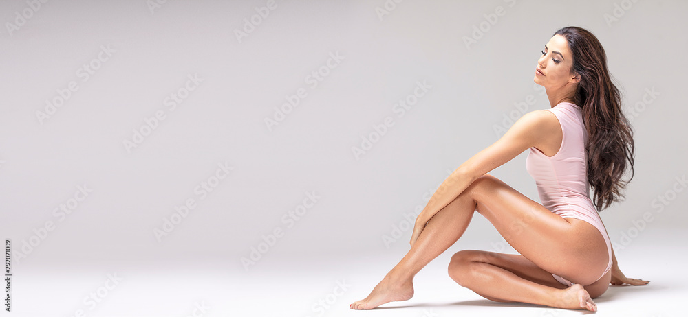 Fototapeta Slim beautiful girl posing in studio.