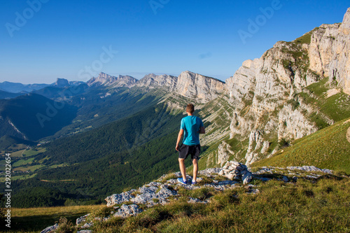 Photo Randonneur admirant le mont Aiguille au pas de la Balme, massif du Vercors, Isèr