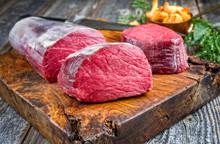 Rohes Dry Aged Rinderfilet Medaillon Steak Natur Angeboten Als Closeup Mit Pfifferlingen Auf Einem Rustikalen Holz Schneidebrett