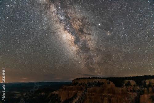 Night sky with dark milky way in Bryce Canyon National Park in Utah at Pariah vi Fototapet