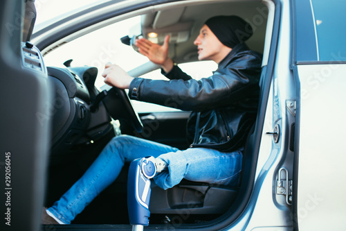 Photo Young man with prosthetic leg driving car. Selective focus.