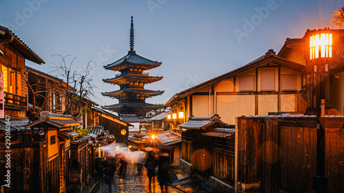 Photo  Yasaka Pagoda and Sannen Zaka Street with rain at night, Kyoto, Japan