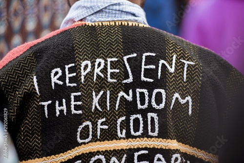 Photo Closeup shot of a person's back wearing a coat with I represent the kingdom of