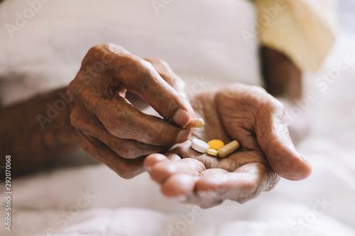 Fotografia pills in a Senior's hands